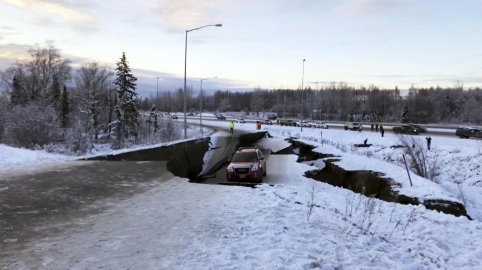 Cratera causada por terremoto em rodovia no Alaska engoliu carro — Foto: AP Photo