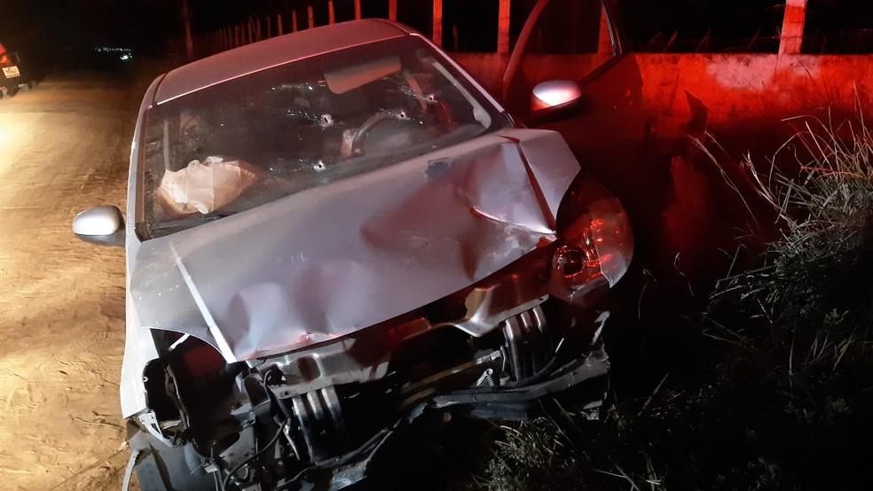 Carro roubado usado por assaltantes, bateu em mureta e ficou com marcas de tiros, após perseguição policial. — Foto: Sérgio Henrique Santos/Inter TV Cabugi