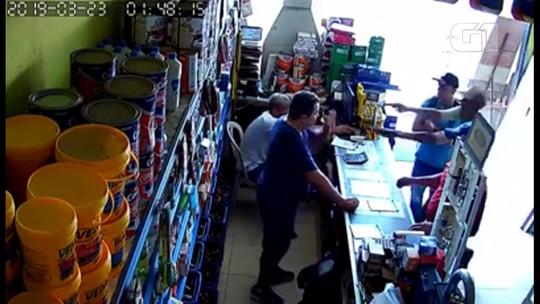 Assaltantes armados rendem e agridem vítimas em armazém de construção no Agreste; veja vídeo