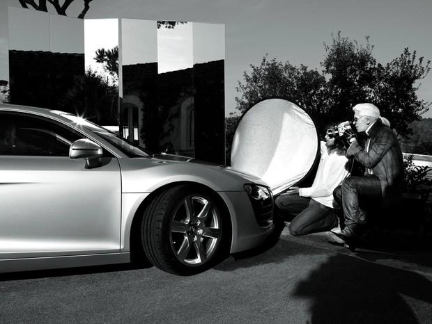 Karl Lagerfeld durante a sessão de fotos do Audi R8 (Foto: Reprodução/Audi)