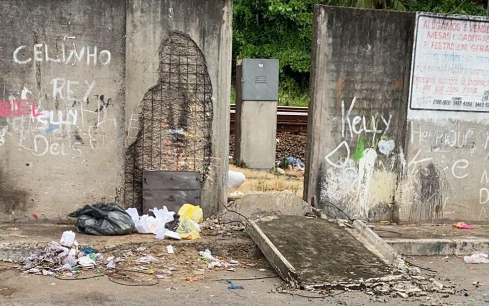 Placa de concreto do muro do metrô caiu por cima de menina de 8 anos, no Recife — Foto: Reprodução/WhatsApp