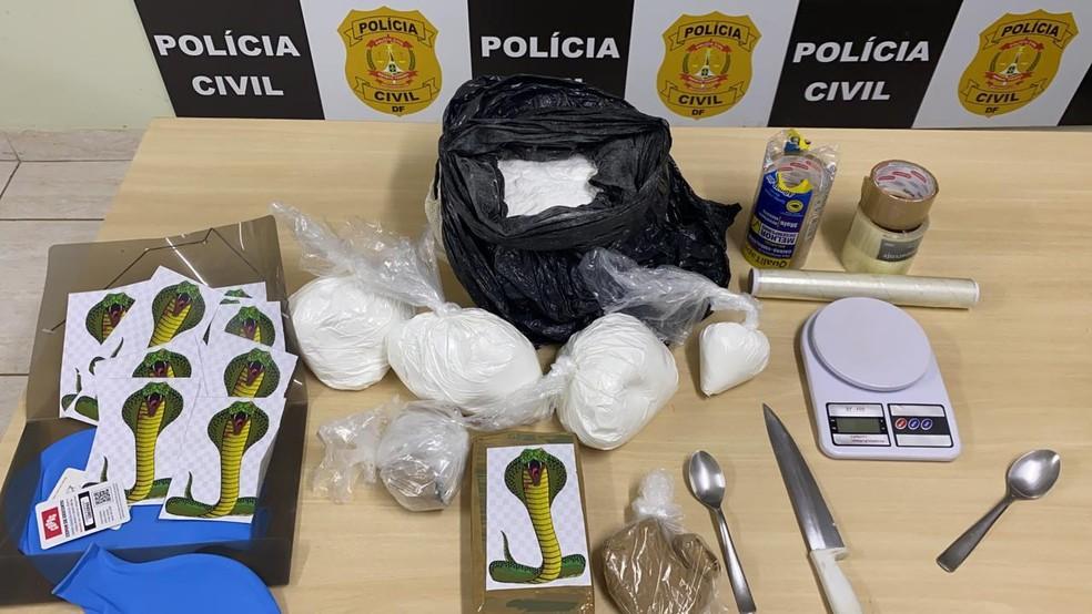 Cocaína, balança de precisão e adesivos com imagens de uma cobra naja apreendidos em Vicente Pires, no DF — Foto: Polícia Civil do DF / Divulgação