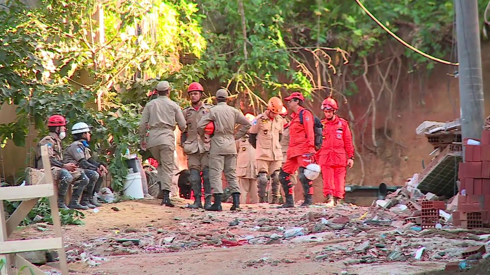Buscas por desaparecidos entraram no segundo dia na manhã deste sábado na Muzema, Zona Oeste do Rio, onde dois prédio desabaram — Foto: Reprodução/GloboNews
