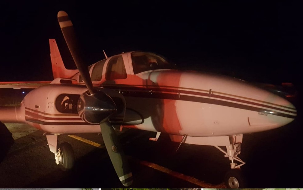 Avião interceptado levando 500 kg de droga apreendido — Foto: Reprodução/TV Anhanguera