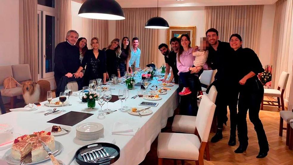 Imagem de comemoração na residência oficial do presidente da Argentina em que Alberto Fernández aparece — Foto: Reprodução/Twitter