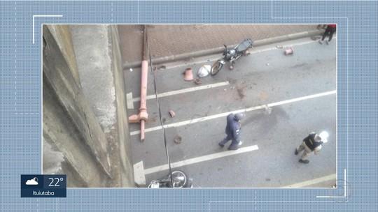 Poste cai no centro de Belo Horizonte e deixa jovem ferido