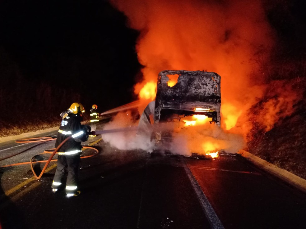 Bombeiros gastaram 9 mil litros de água para conter as chamas — Foto: Corpo de Bombeiros/ Divulgação