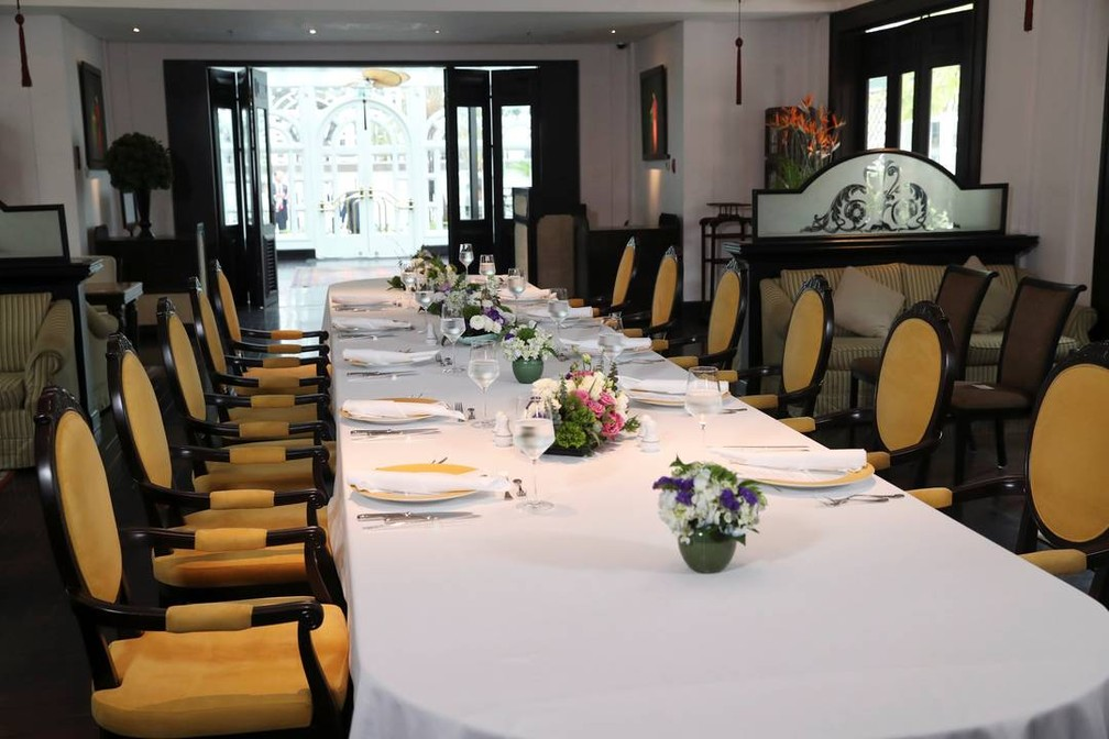 Mesa onde Donald Trump e Kim Jong-un almoçaria continuou arrumada mesmo após o cancelamento do almoço — Foto: Leah Millis / Reuters