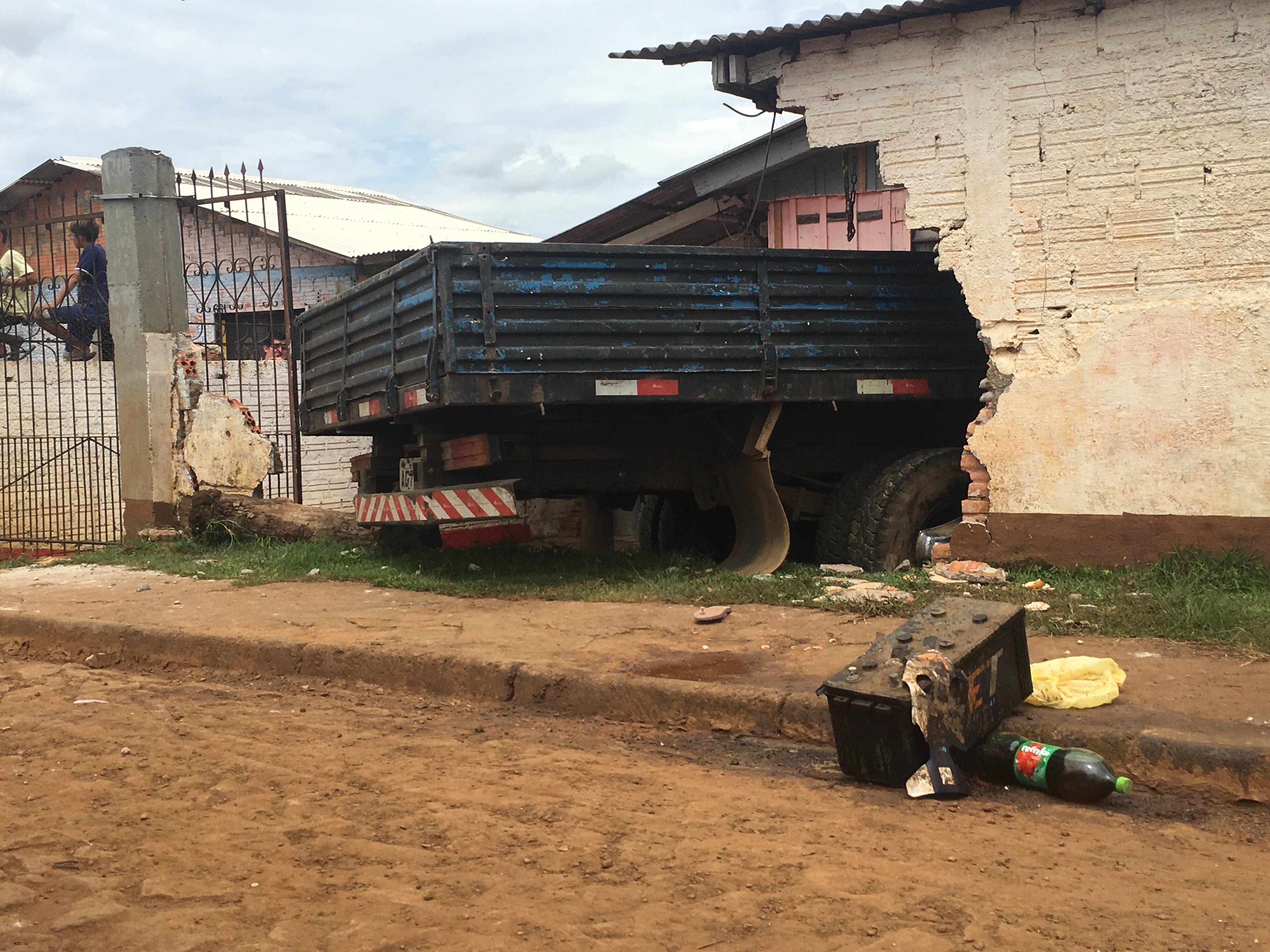 Caminhão atropela duas crianças na calçada e invade casa em Guarapuava; menino de 4 anos morreu