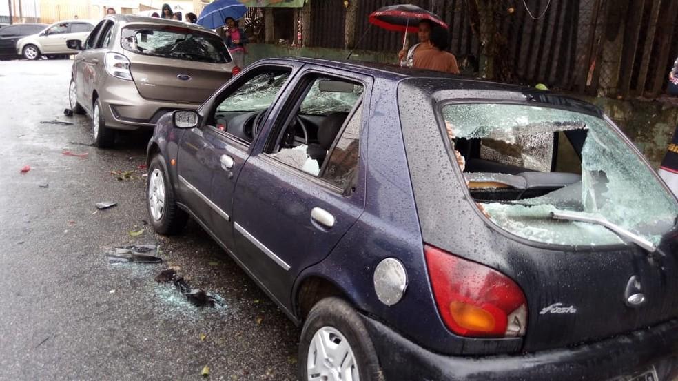 Carros quebrados após briga entre são-paulinos e corintianos em Ferraz de Vasconcelos — Foto: Reprodução/Redes Sociais