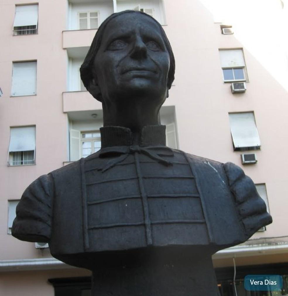 O busto de bronze da Imperatriz D. Thereza Christina desapareceu da Praça Itália, no Centro. — Foto: Divulgação Prefeitura