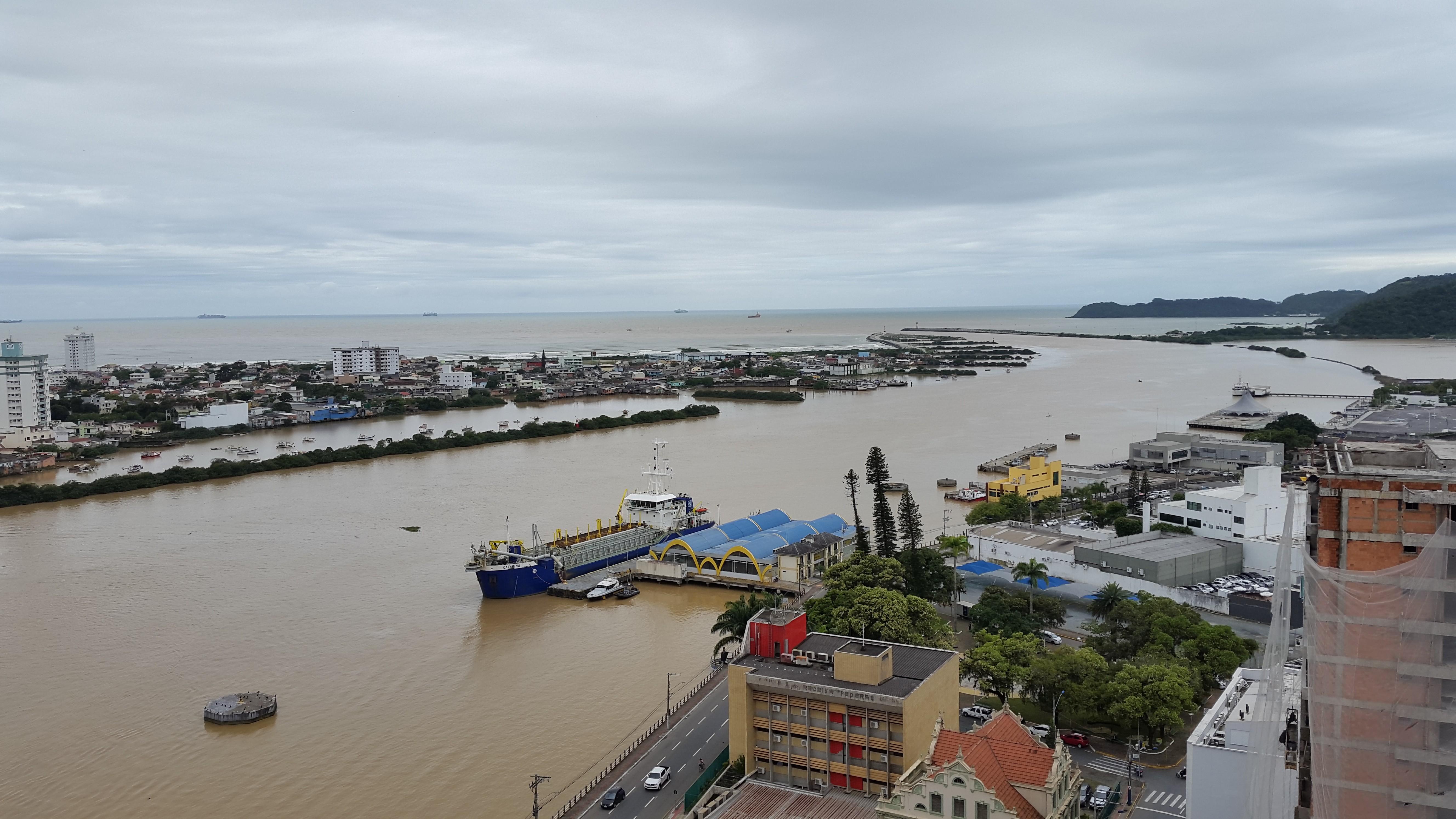 Canal de acesso aos portos de Itajaí e Navegantes é fechado devido a ondas de mais de 2 metros por ciclone no mar