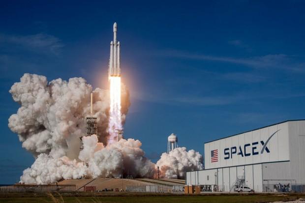 A decolagem do foguete Falcon Heavy, da SpaceX (Foto: Divulgação)