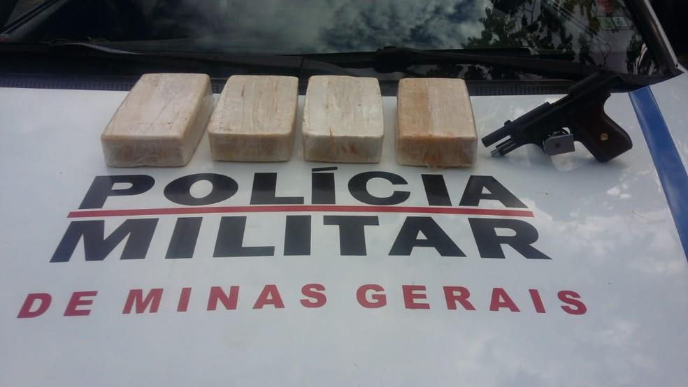 Barras de crack e pistola calibre .380 foram apreendidas pela PM (Foto: Polícia Militar/Divulgação )
