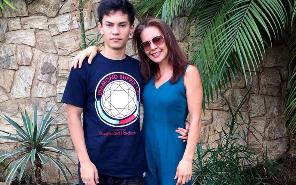 Bruno Hatamoto e a mãe: 'Minha mãe sempre está comigo' (Foto: Bruno Hatamoto/Arquivo pessoal)
