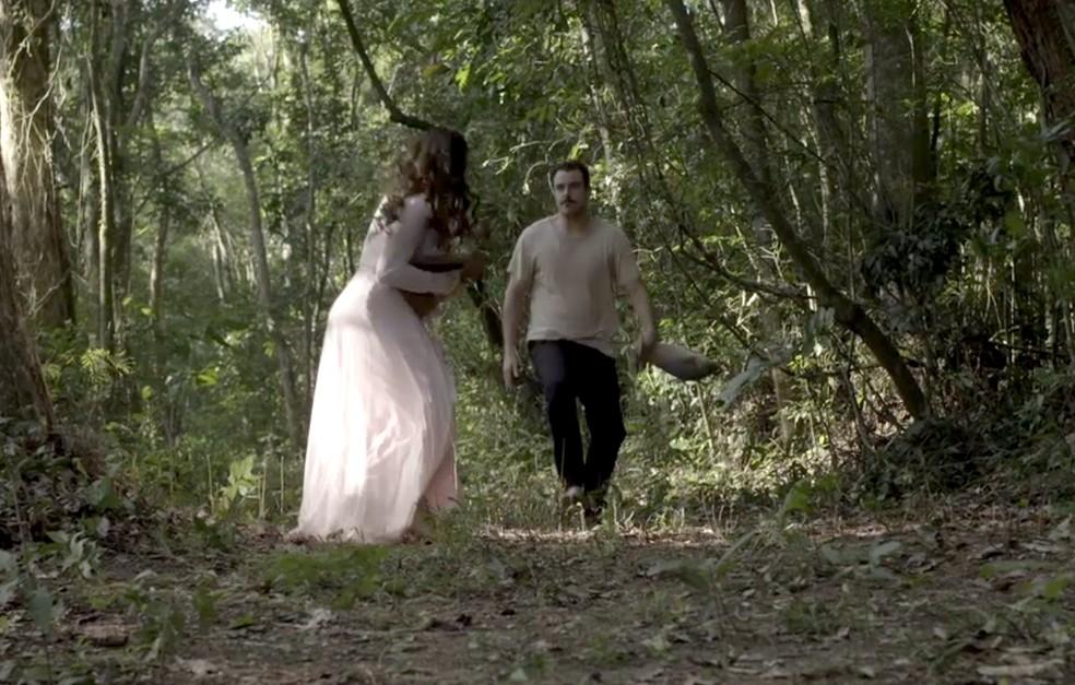 Susana tenta escapar de Olegário (Foto: TV Globo)