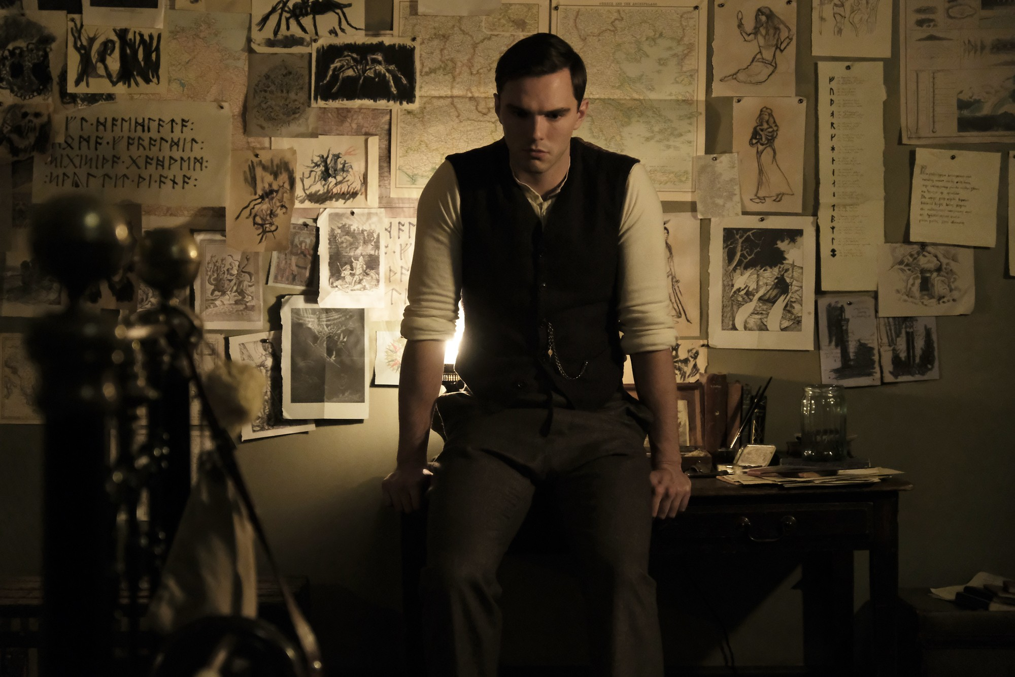 Nicholas Hoult como J.R.R. Tolkien em cena de filme (Foto: Divulgação)
