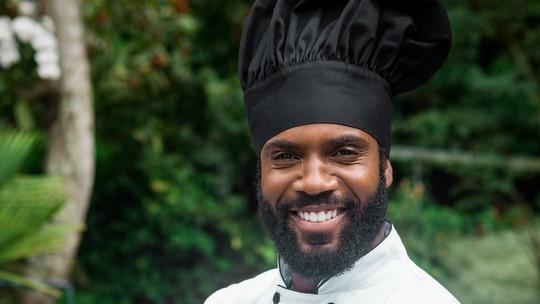 Rafael Zulu conta que 'desliga do mundo' quando cozinha