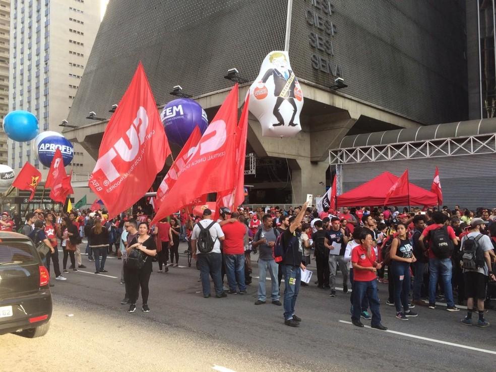 SÃO PAULO, 16h05: Manifestantes protestam em frente à Fiesp — Foto: Glauco Araújo/G1