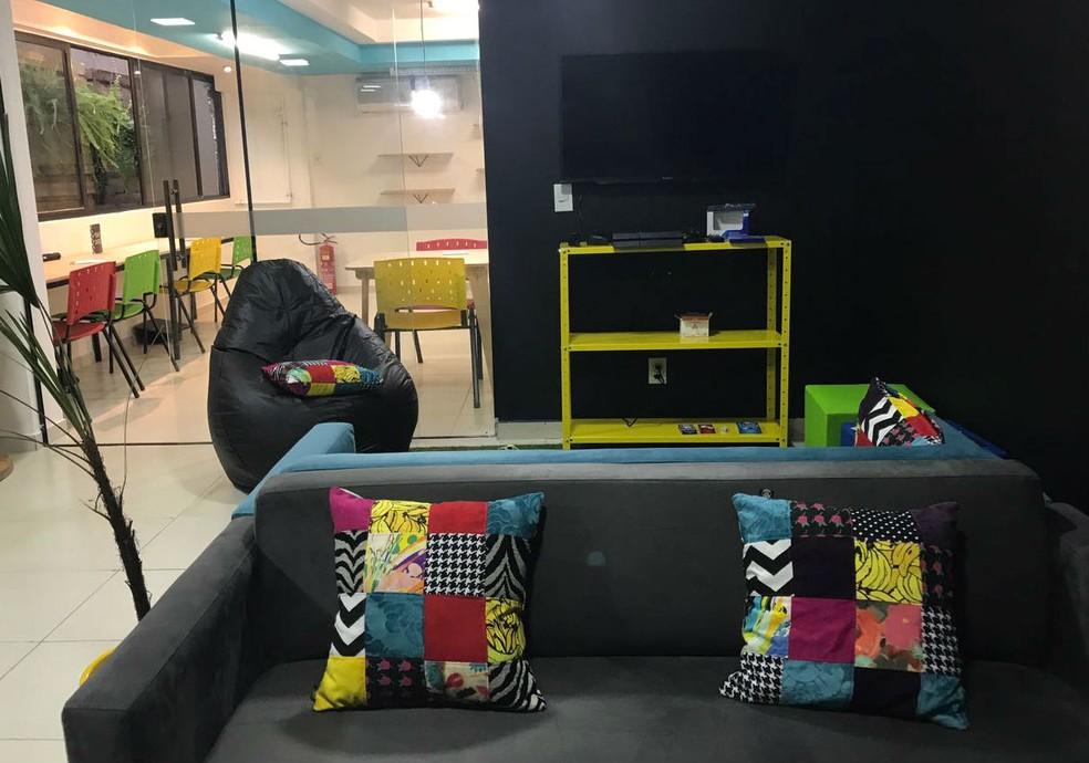 O subsolo do Repubblica Anticafé abriga mesas de estudo, além de sofás e videogames (Foto: Letícia Carvalho/G1)