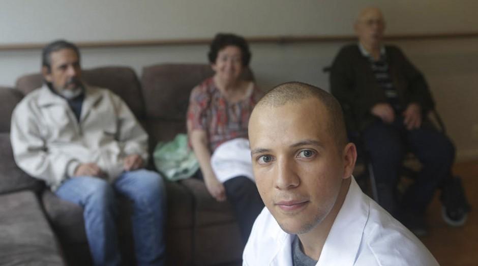 O cuidador de idosos Sheldon Patrick, que saiu do curso empregado (Foto: Estadão Conteúdo)