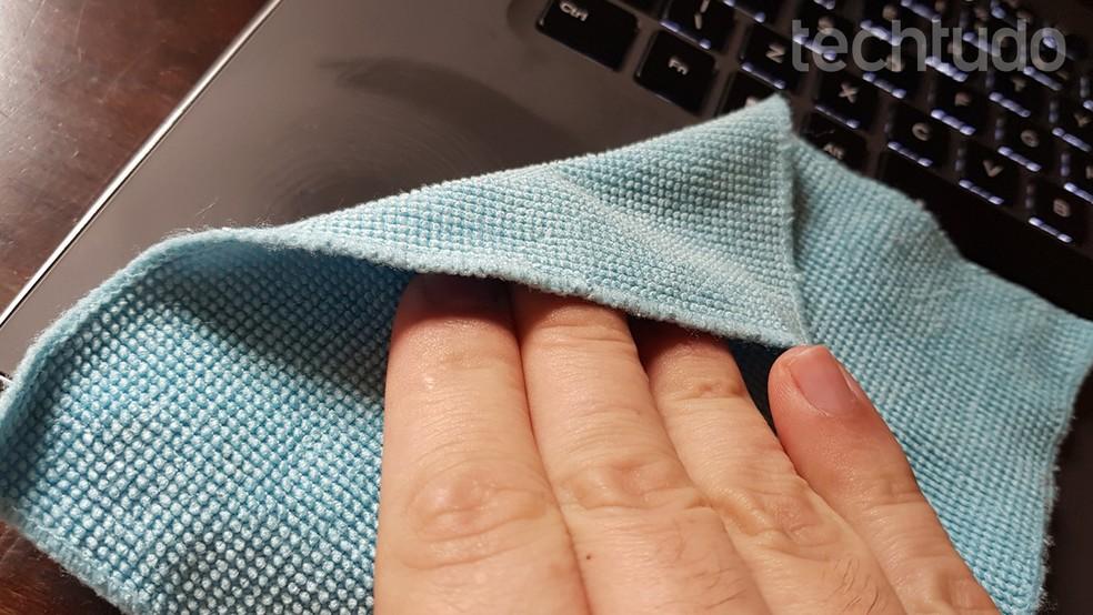 Você não precisa aplicar muita força na hora de limpar; especialmente se seu notebook for de plástico (Foto: Filipe Garrett/TechTudo)