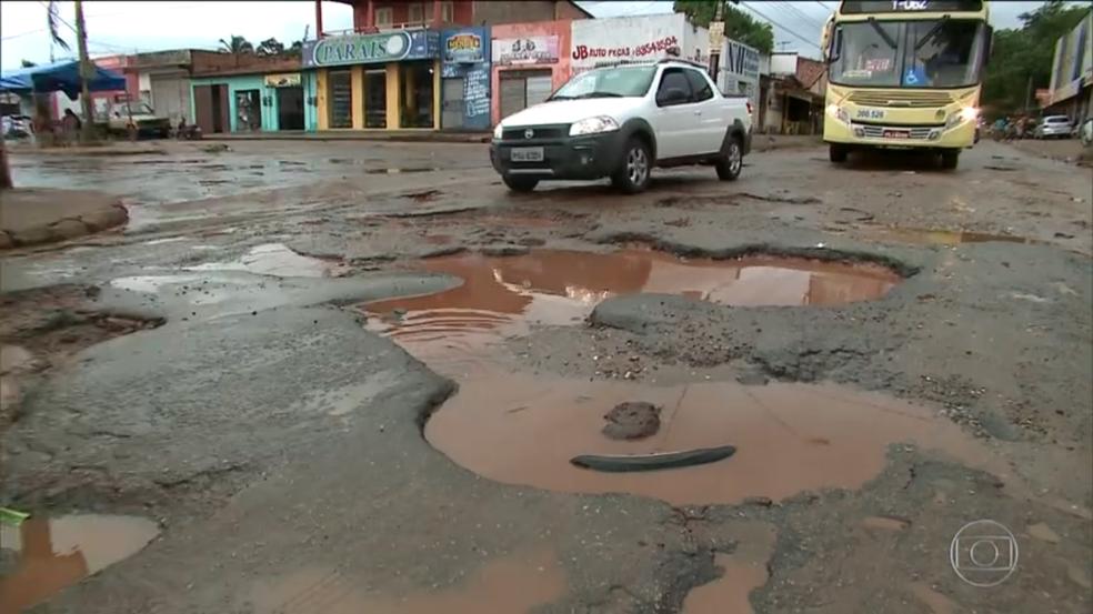 Buracos tomam conta de avenida que dá acesso a um dos principais hospitais de São Luís. (Foto: Reprodução/TV Mirante)