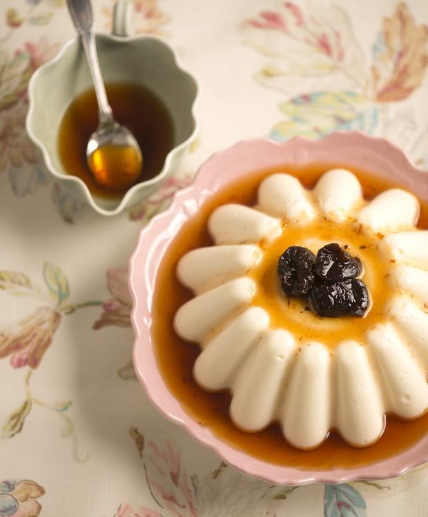 Manjar branco com calda de ameixas (Foto: Iara Venanzi/Casa e Comida)