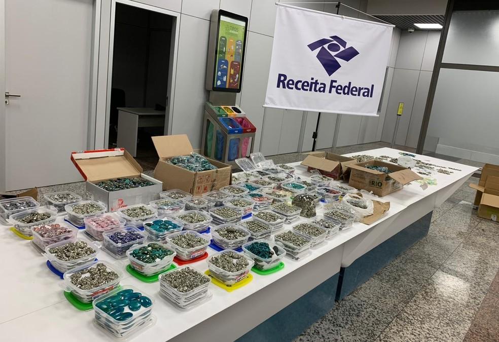 Jóias semi-preciosas foram apreendidas neste domingo (28) no Aeroporto Salgado Filho em Porto Alegre — Foto: Receita Federal/Divulgação