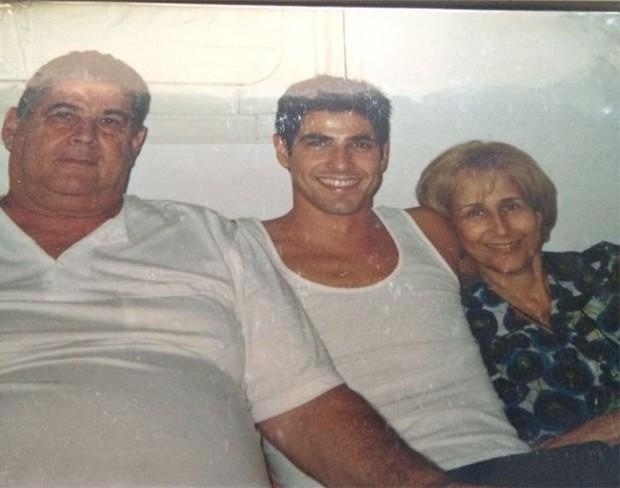 Reynaldo Gianecchi com a mãe, Helopisa, e o pai, Reynaldo, morto em 2011 (Foto: Reprodução / Instagram)