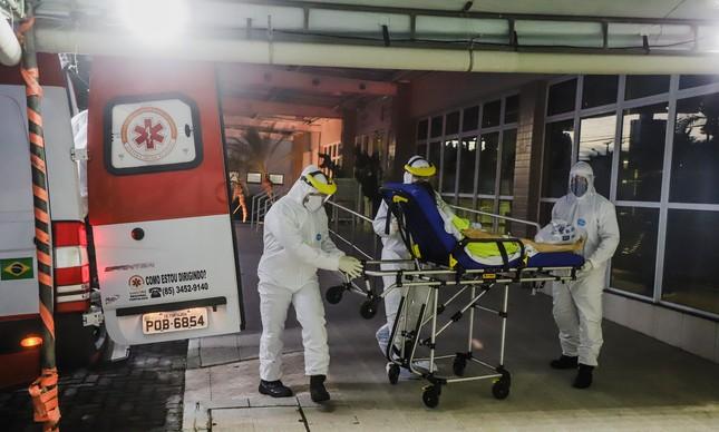 Paciente é levada para hospital em Fortaleza