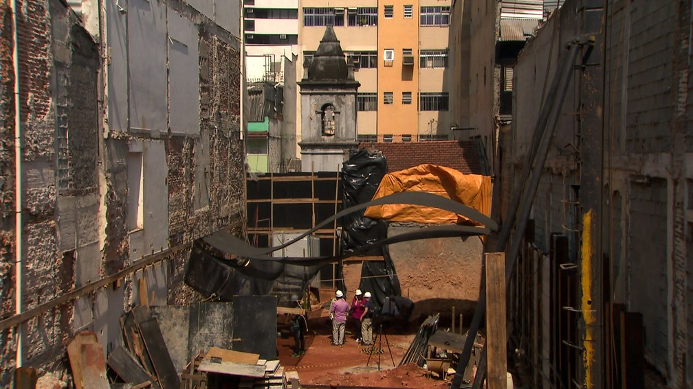 Ossadas da época da escravidão foram encontradas em terreno na Liberdade — Foto: TV Globo/Reprodução