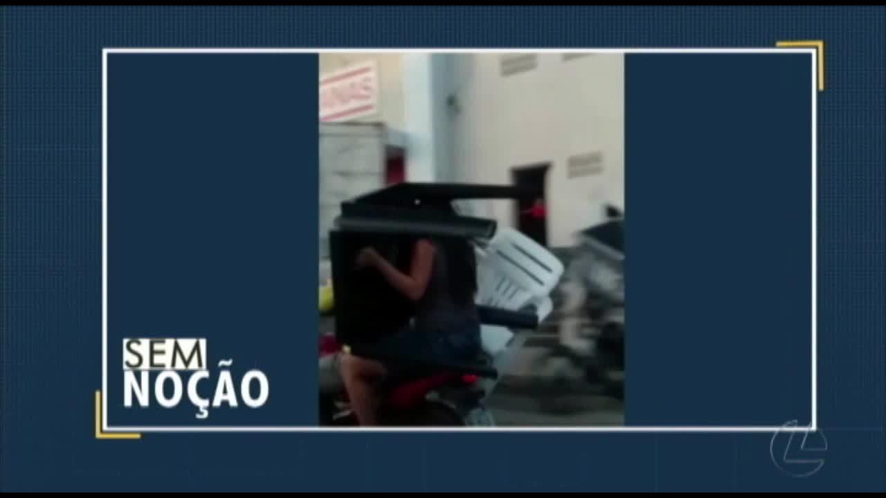 Vídeo flagra mulher levando cadeira e mesa na garupa de uma moto no Pará