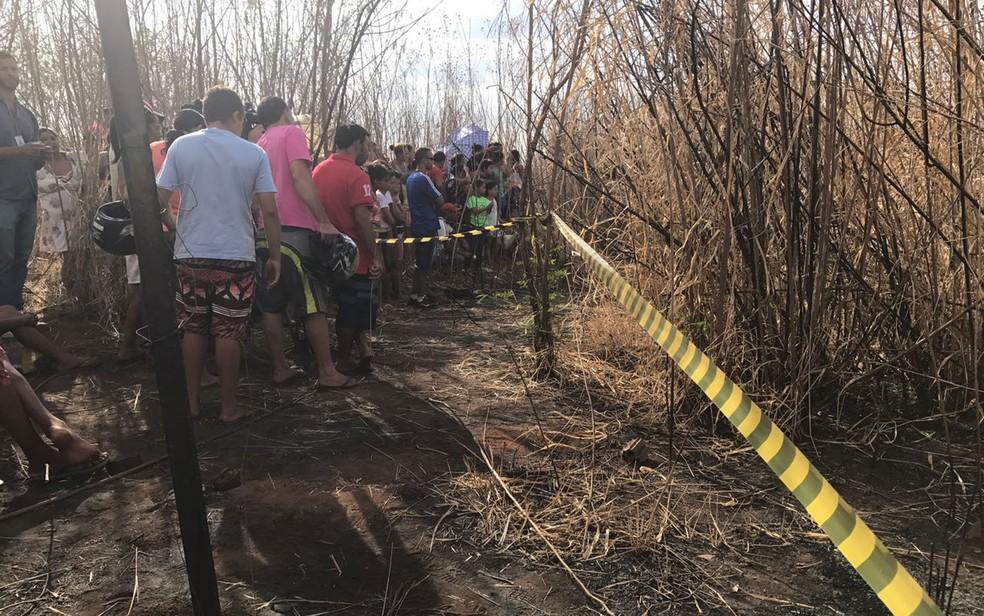 Curiosos acompanham perícia em matagal no DF onde corpo de adolescente foi encontrado (Foto: Neila Almeida/G1)