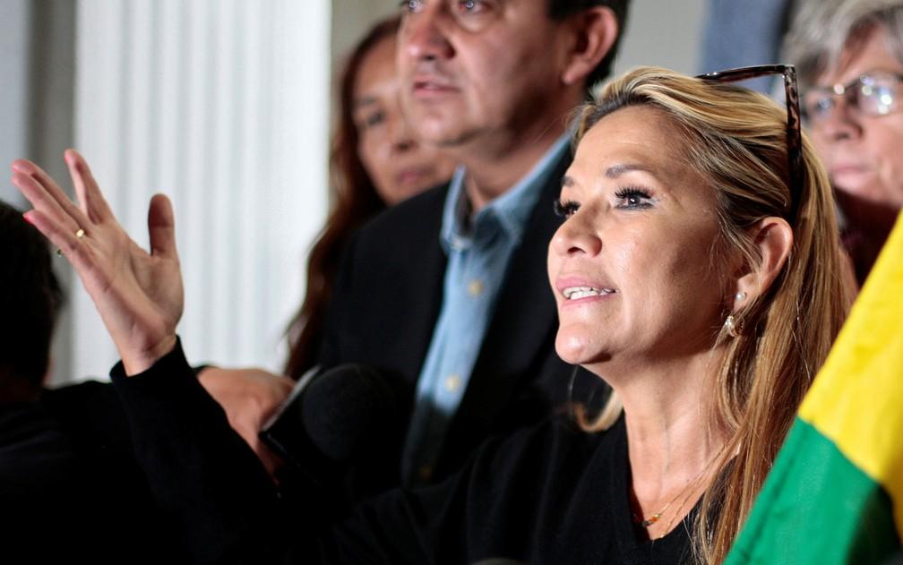 A segunda vice-presidente do Senado boliviano, Jeanine Añez, durante entrevista coletiva no Congresso, em La Paz, na segunda-feira (11) — Foto: Reuters/Manuel Claure