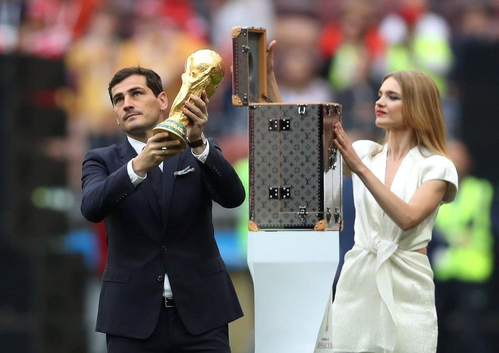 Iker Casillas e Natalia Vodianova com a Taça Fifa (Foto: Carl Recine/Reuters)