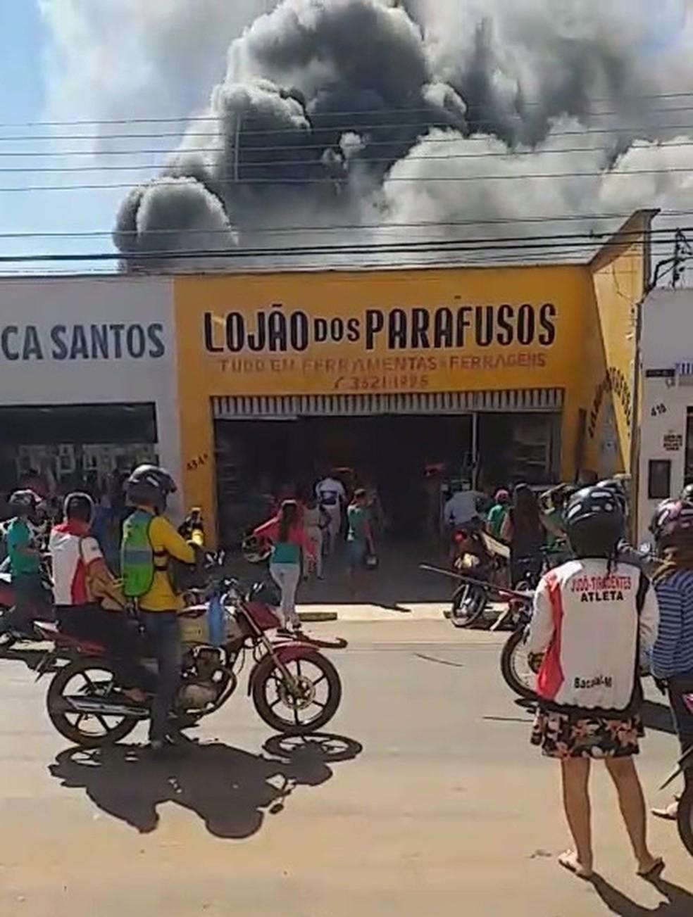 Incêndio atraiu curiosos para a região central de Bacabal (MA) — Foto: Divulgação/Redes Sociais