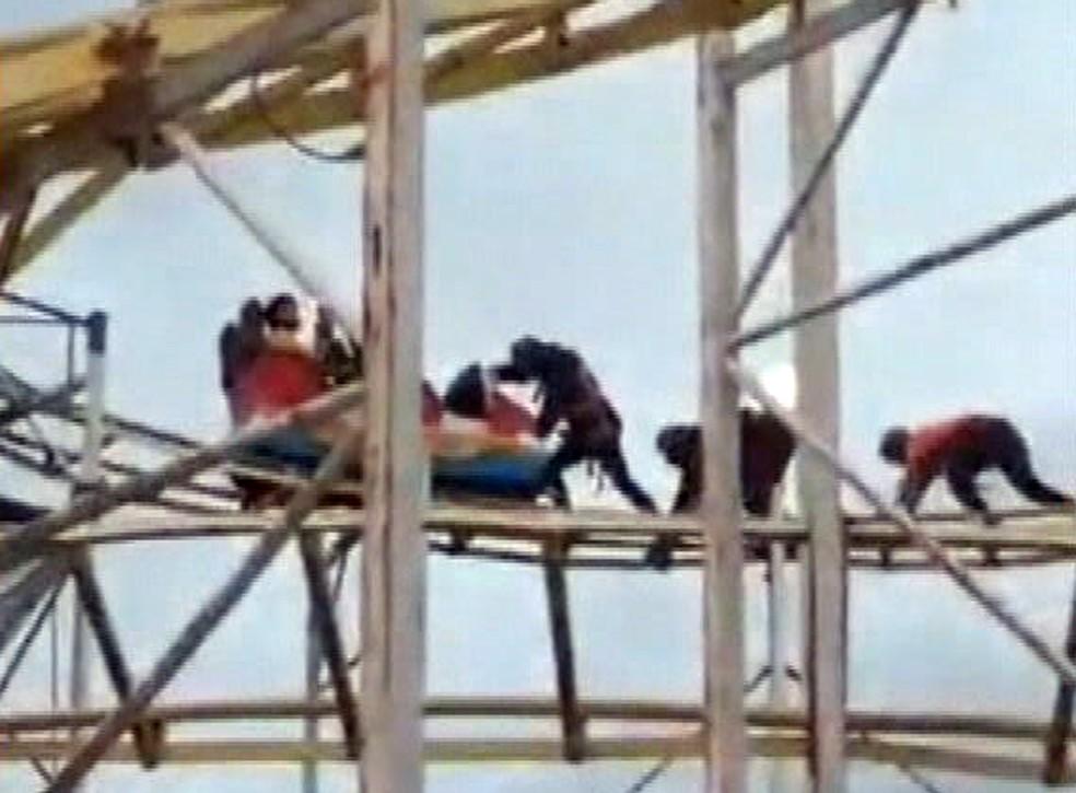 Funcionários do Tivoli Park tentam soltar carrinho preso na montanha-russa — Foto: Reprodução/TV Globo