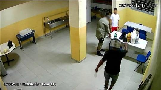 PMs são afastados após serem filmados entregando delivery a preso