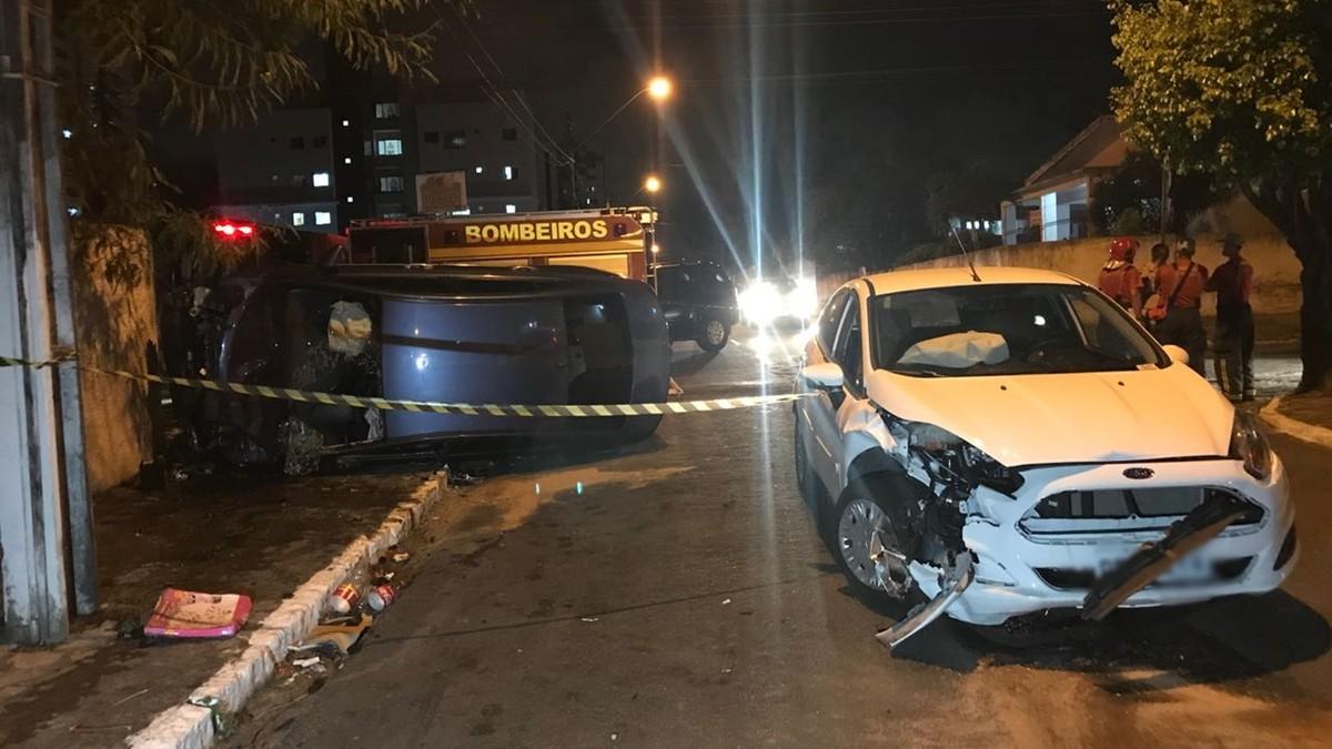 Carro capota após colisão e homem fica ferido, em João Pessoa