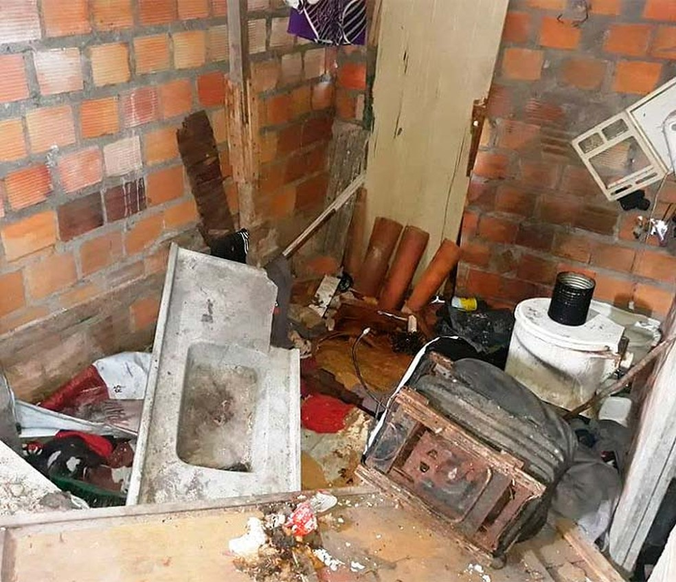 Objetos quebrados e muita sujeira foram vistos na casa onde Florisvaldo estava morando sozinho, em Feira de Santan — Foto: Paulo José/Acorda Cidade