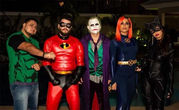 Anitta com amigos em festa (Foto: Reprodução/Instagram)