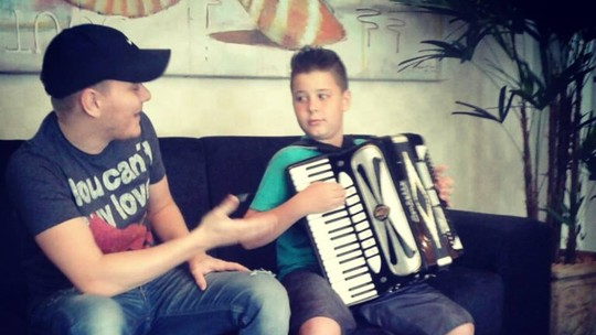 Família relembra participação de João Pedro Locatelli em show do cantor Michel Teló
