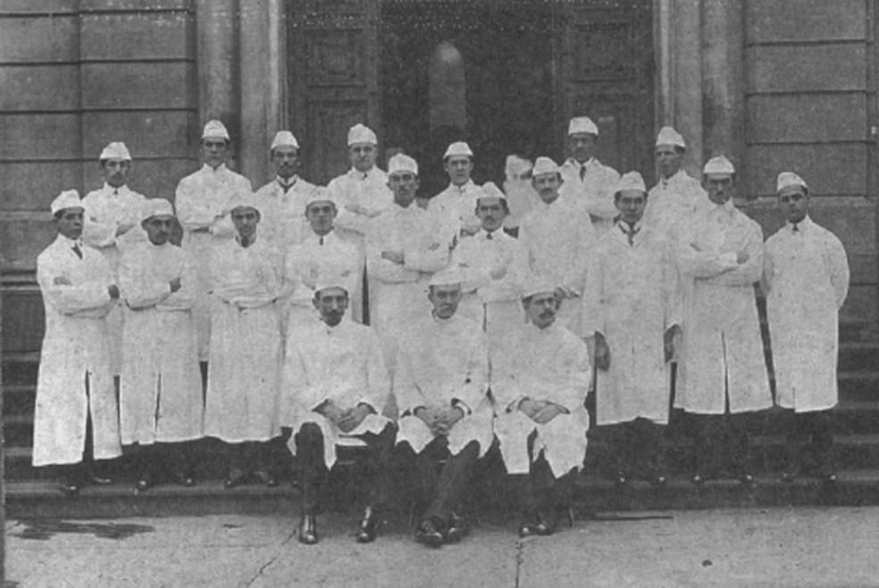 Imagem do Centro de Memória da Faculdade de Medicina da UFMG mostra os 18 homens que compuseram a primeira turma de medicina formada pela universidade — Foto: Divulgação/Cememor