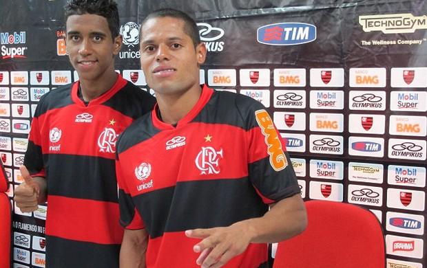 Com sorriso fácil, Gabriel e João Paulo se apresentam ao Flamengo