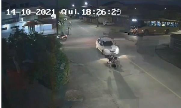 Vídeo mostra cadeirante ser atropelado ao tentar atravessar rua em Joinville