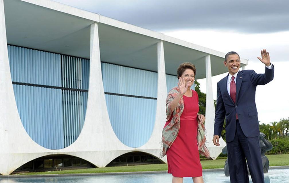 Dilma Rousseff recepciona Obama no Palácio da Alvorada, em visita da comitiva do presidente americano ao Brasil em março deste ano — Foto: AP