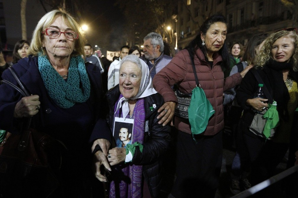 Nora Cortinas (segunda à esquerda), co-fundadora das Mães da Praça de Maio, participa de manifestação 'Nem Uma a Menos' em Buenos Aires, Argentina — Foto: Emiliano Lasalvia/AFP