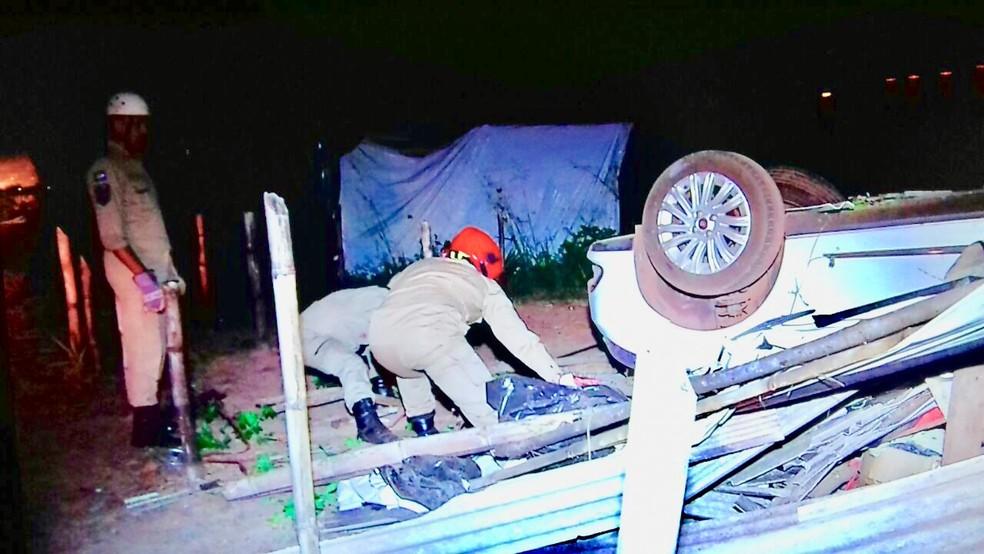 O carro ficou com as rodas pra cima e destruiu toda a casa (Foto: TV Centro América)