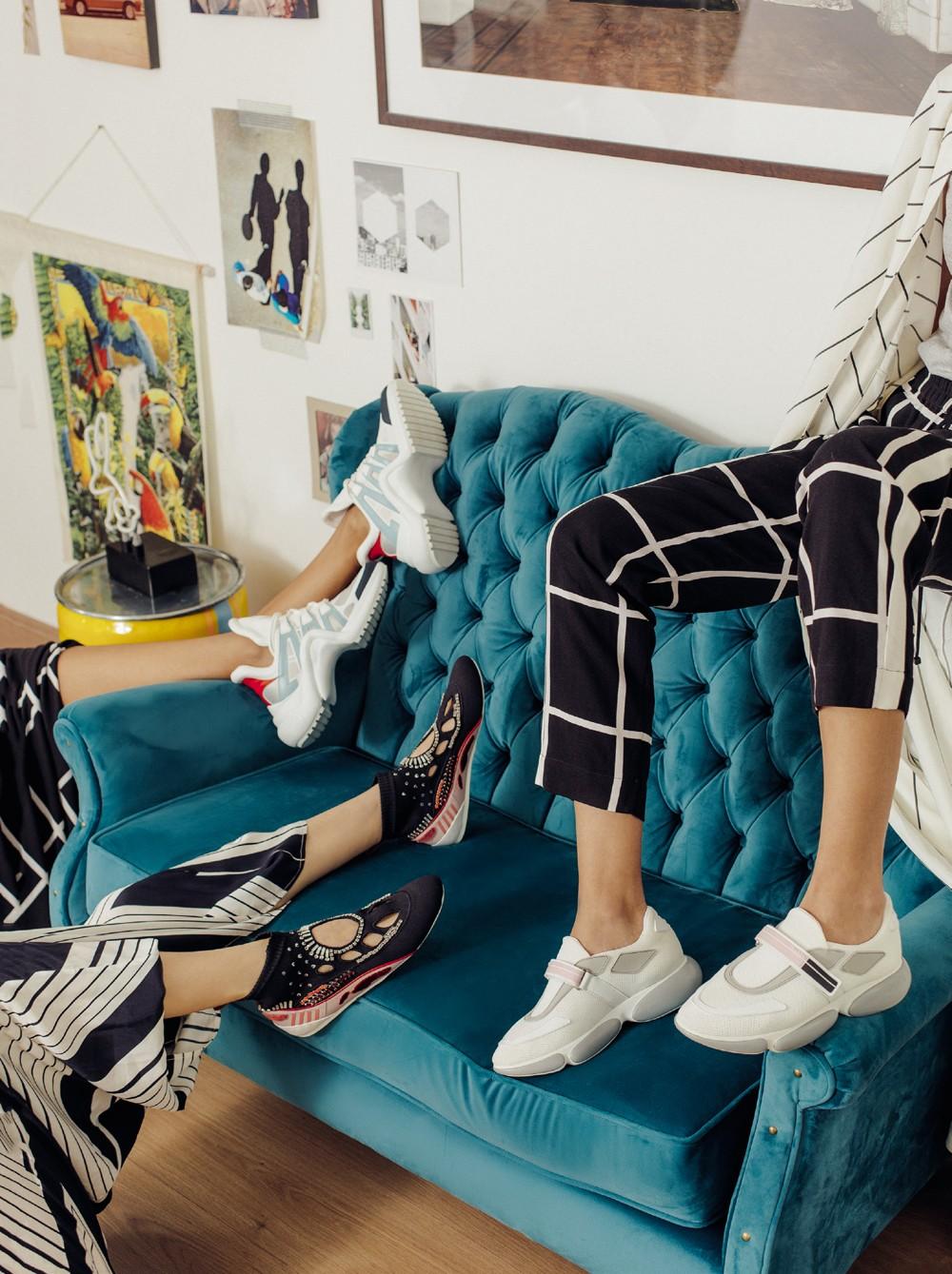 Esporte chique: grifes lançam suas versões de tênis extravagantes. Da esquerda para a direita: vestido, R$ 1.958, Cholet, e tênis, R$ 4.300, Louis Vuitton; vestido, R$ 1.590, Le Lis  Blanc, e tênis, R$ 5.400, Valentino; blusa, R$ 2.282, Cris Barros, calça (Foto: Tauana Sofia; styling e produção de moda: Cristiano Oiwane e Neel Ciconello; agradecimento: Suíte Dreams - Maksoud Plaza.)
